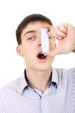 Adolescente con el inhalador Imagen de archivo libre de regalías