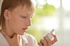 Adolescente con el inhalador Imagen de archivo
