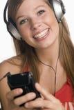 Adolescente con el jugador MP3 y los auriculares Fotos de archivo libres de regalías