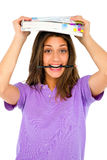 Adolescente con el lápiz en boca y libros Imagenes de archivo