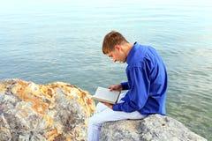 Adolescente con el libro Fotos de archivo