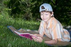 Adolescente con el libro Imágenes de archivo libres de regalías