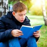 Adolescente con el libro Imagenes de archivo