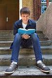 Adolescente con el libro al aire libre Fotografía de archivo libre de regalías