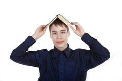 Adolescente con el libro en el fondo blanco Imágenes de archivo libres de regalías