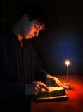 Adolescente con el libro religioso Imagen de archivo libre de regalías
