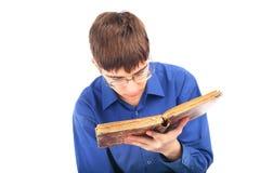 Adolescente con el libro viejo Foto de archivo libre de regalías
