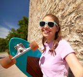 Adolescente con el longboard que toma el selfie al aire libre Imagenes de archivo