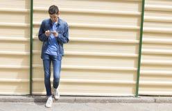 Adolescente con el móvil Imagenes de archivo