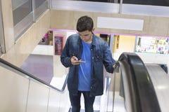 Adolescente con el móvil Fotografía de archivo libre de regalías