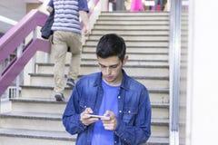Adolescente con el móvil Fotos de archivo