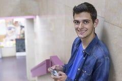 Adolescente con el móvil Fotografía de archivo