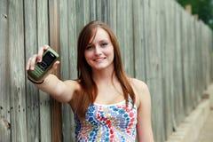 Adolescente con el móvil Foto de archivo libre de regalías