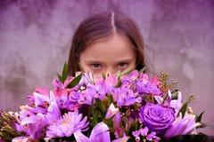 Adolescente con el manojo grande de flores coloridas Fotos de archivo