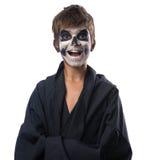 Adolescente con el maquillaje del cráneo en capa negra ríe Foto de archivo