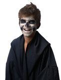 Adolescente con el maquillaje del cráneo en capa negra ríe Imagen de archivo