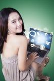 Adolescente con el medios icono social en el ordenador portátil Imagen de archivo libre de regalías