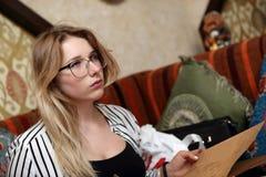 Adolescente con el menú Foto de archivo libre de regalías