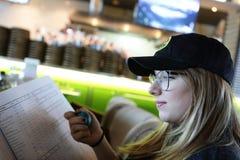 Adolescente con el menú Fotografía de archivo
