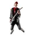 Adolescente con el mohawk rojo que salta mientras que toca la guitarra Imagen de archivo libre de regalías