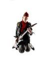 Adolescente con el mohawk rojo que salta mientras que toca la guitarra Fotografía de archivo