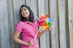 Adolescente con el molinillo de viento Fotografía de archivo libre de regalías