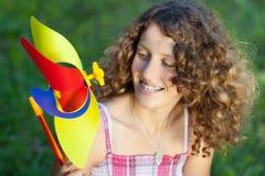 Adolescente con el molinillo de viento Foto de archivo