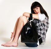 Adolescente con el monedero negro Fotografía de archivo libre de regalías