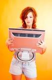 Adolescente con el monitor Imagen de archivo libre de regalías