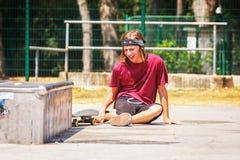 Adolescente con el monopatín Foto de archivo libre de regalías