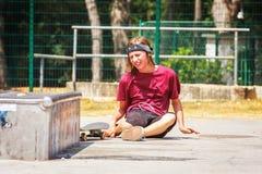 Adolescente con el monopatín Foto de archivo