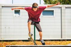 Adolescente con el monopatín Fotografía de archivo libre de regalías