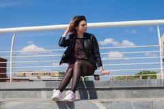 Adolescente con el monopatín Imagen de archivo libre de regalías