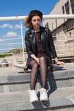 Adolescente con el monopatín Imagenes de archivo