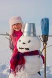 Adolescente con el muñeco de nieve Foto de archivo
