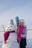 Adolescente con el muñeco de nieve Foto de archivo libre de regalías