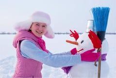 Adolescente con el muñeco de nieve Imagen de archivo libre de regalías