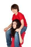 Adolescente con el niño pequeño en sus hombros Foto de archivo libre de regalías