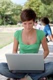 Adolescente con el ordenador Fotografía de archivo