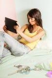 Adolescente con el ordenador de la tablilla Fotografía de archivo libre de regalías
