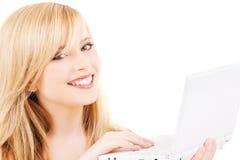 Adolescente con el ordenador portátil Fotografía de archivo