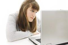 Adolescente con el ordenador portátil. Foto de archivo