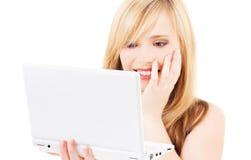 Adolescente con el ordenador portátil Imagenes de archivo