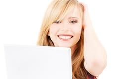 Adolescente con el ordenador portátil Fotos de archivo libres de regalías