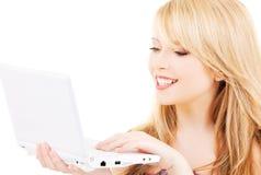 Adolescente con el ordenador portátil Foto de archivo