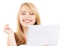 Adolescente con el ordenador portátil Imágenes de archivo libres de regalías