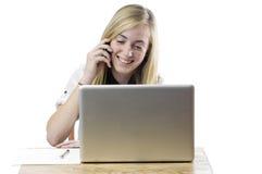 Adolescente con el ordenador portátil y el teléfono móvil Fotos de archivo