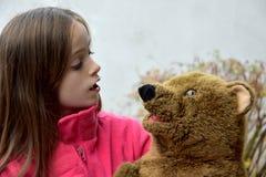 Adolescente con el oso de peluche Fotografía de archivo