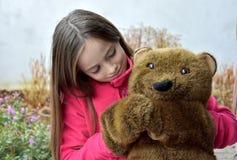 Adolescente con el oso de peluche Fotos de archivo