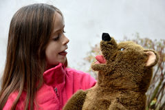 Adolescente con el oso de peluche Foto de archivo